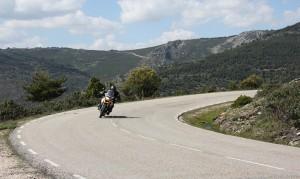 Moto circulando por una carretera