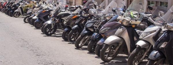 Motocicletas y ciclomotores estacionados en la calle-
